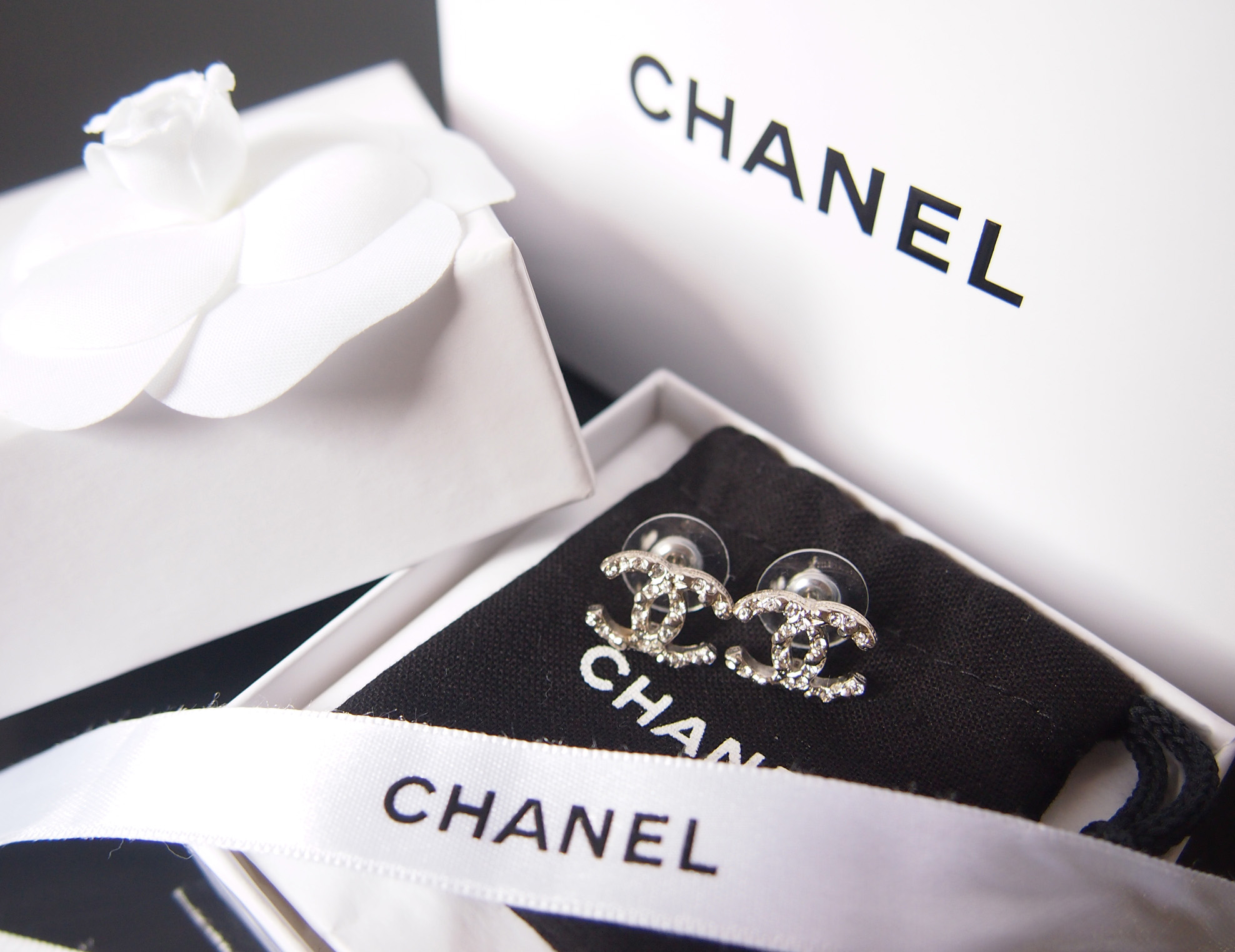 9f19b07e154f16 Come with Chanel paper bag, box, earrings bag, ribbon and flower. All